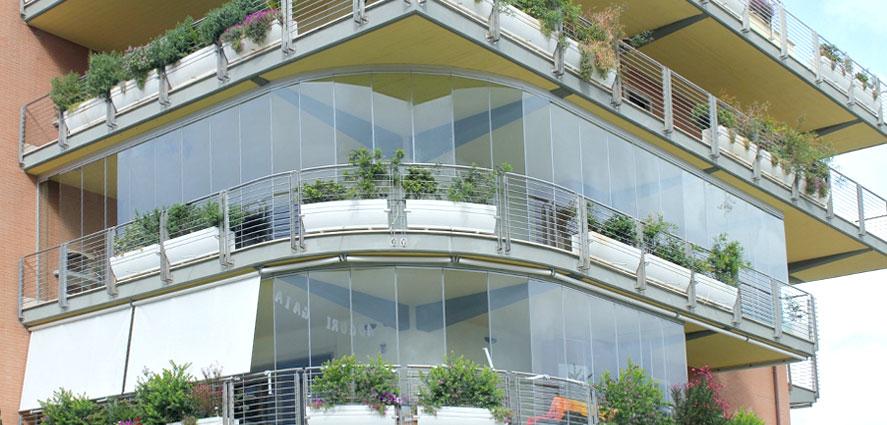 Balcon avec des fermetures de verre pliage