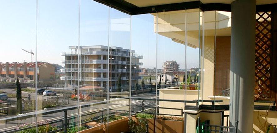 Fermetures de balcons avec des parois coulissantes en verre